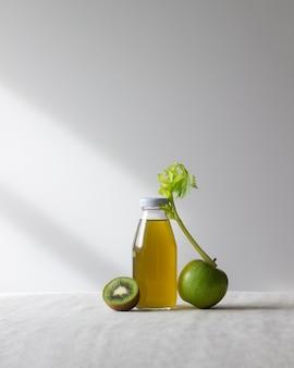 사과, 키위, 셀러리의 신선한 주스. 건강한 식생활. 다이어트. 채식주의 자 음식.
