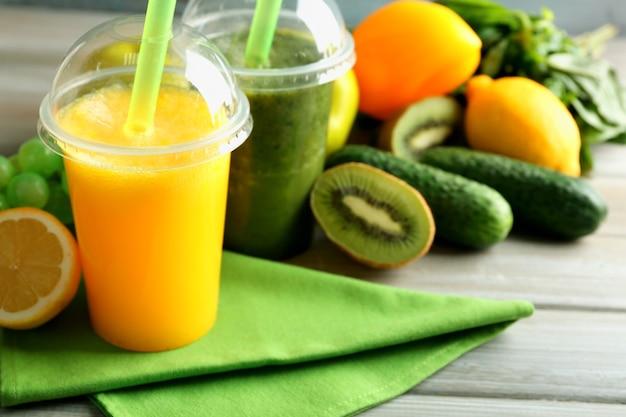 フレッシュジュースミックスフルーツ、木製テーブルの上の健康的な飲み物