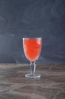 Свежий сок на мраморном столе.