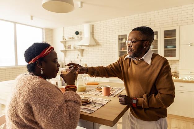 신선한 주스. 건강한 라이프 스타일을 선도하면서 주스로 응원하는 즐거운 아프리카 계 미국인 부부