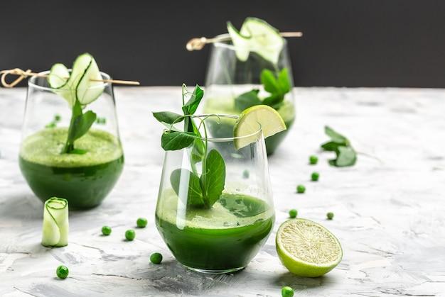 有機野菜とライムで作られたフレッシュジューススムージー、デトックススムージー、グリーンフレッシュピース、キュウリ、ほうれん草、ライム、