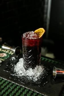 フレッシュジュースに砕いた氷とドライレモンスライスをトッピング