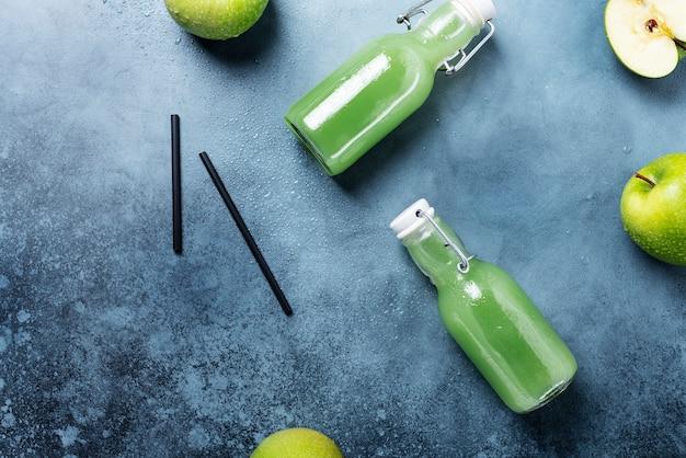 Свежий сок с зелеными яблоками