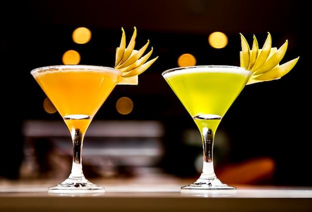 フレッシュジュースリンゴと梨のガラスの側面図