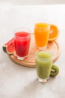 신선한 주스 스무디 세 유리 빨간색 녹색 오렌지 열대 과일