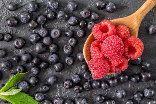暗いコンクリートの表面に新鮮なジューシーな果実