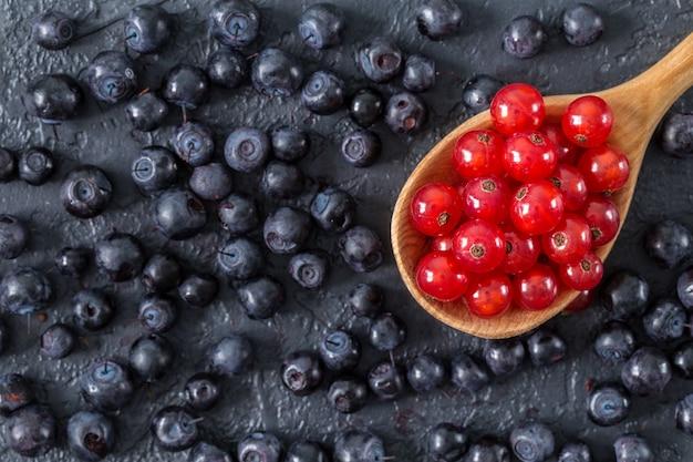 暗い石の表面に新鮮なジューシーな果実