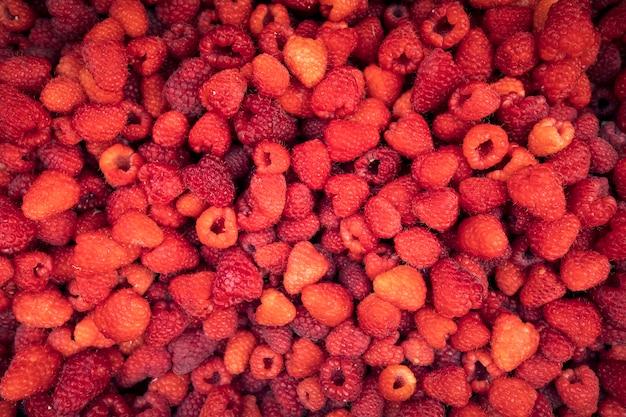 Свежая сочная большая ягода малины, текстуры. вид сверху