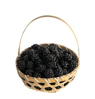 籐のバスケットに新鮮なジューシーなブラックベリー