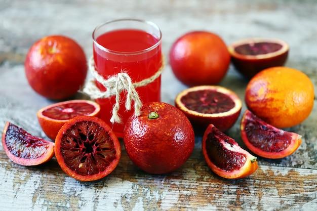 木の表面に新鮮なジューシーなブラッドオレンジ。
