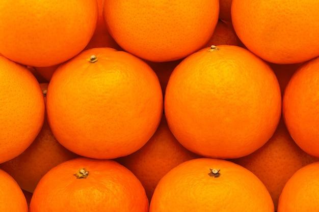 Свежие, сочные, яркие мандарины с тисненой кожицей, сфотографировано крупным планом
