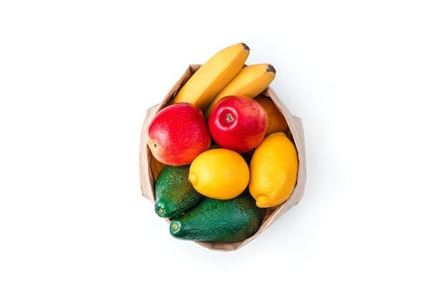 흰색 배경에 고립 된 크 라프 트 가방에 신선한 육즙 과일. 평면도. 천연물 개념.