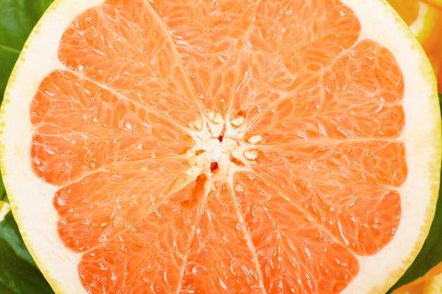 Свежие сочные грейпфруты с зелеными листьями