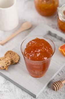 Свежее сочное домашнее варенье в стакане