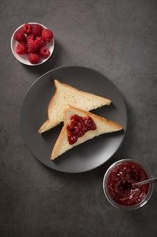 Marmellata fatta in casa succosa fresca e fette di pane