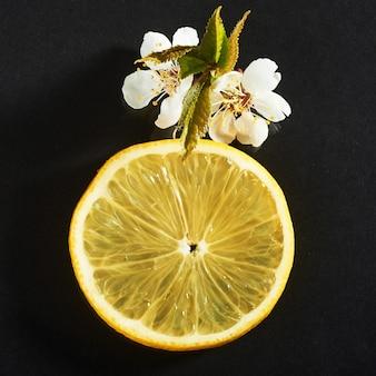 黒のレモンの新鮮なジューシーなスライス。