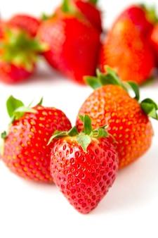 Свежие сочные плоды клубники на белом фоне, фруктовый фон