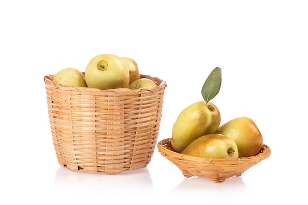 白い背景で隔離の新鮮なナツメの果実。