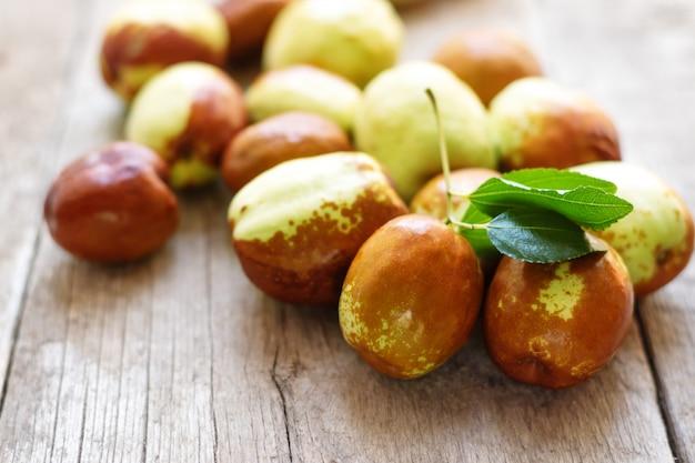 Свежий мармелад на деревянном столе. унаби фрукт