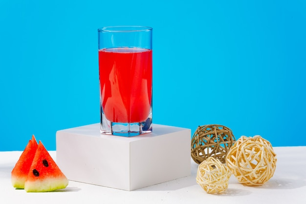 季節のフルーツと青い背景のデトックスドリンクに絞りたての新鮮なスイカドリンク