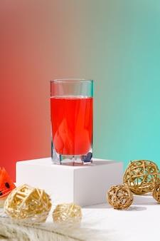赤と青の背景に絞りたての新鮮なスイカの飲み物