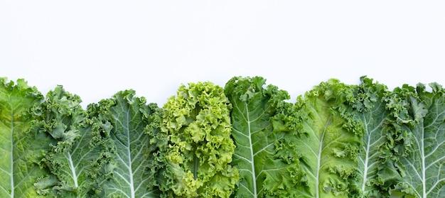 Свежая капуста листья салат овощной на белом.