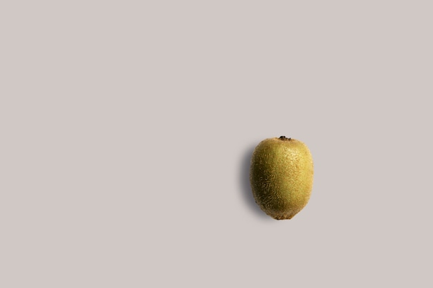 메뉴에 대 한 흰색 바탕에 신선한 키 위 과일. 기하학적 배경. 평면 평신도, 복사 공간, 평면도.