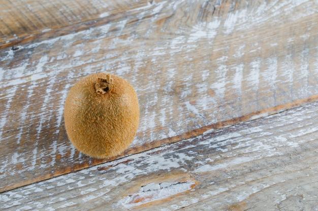 Свежий киви на деревянном столе, взгляд высокого угла.