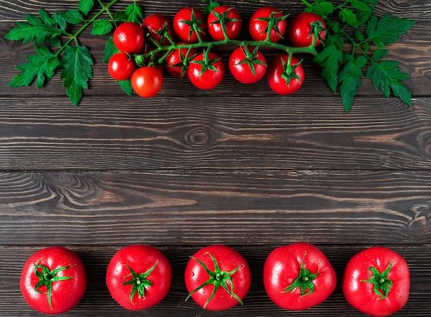 Свежие крупные помидоры и ветка помидоров черри с листьями