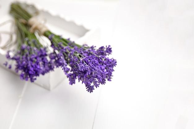 흰색 나무 테이블에 신선한 라벤더 꽃 한 움 큼