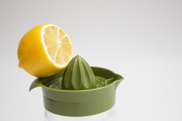 신선한 레몬과 수동 착즙기. 부엌에서 레몬 짜기.