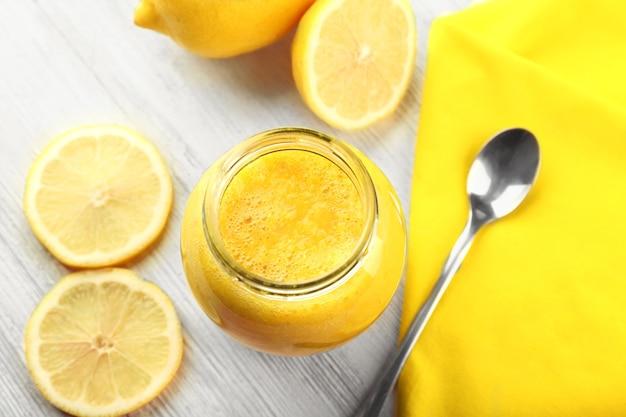 나무 테이블에 신선한 레몬 칵테일