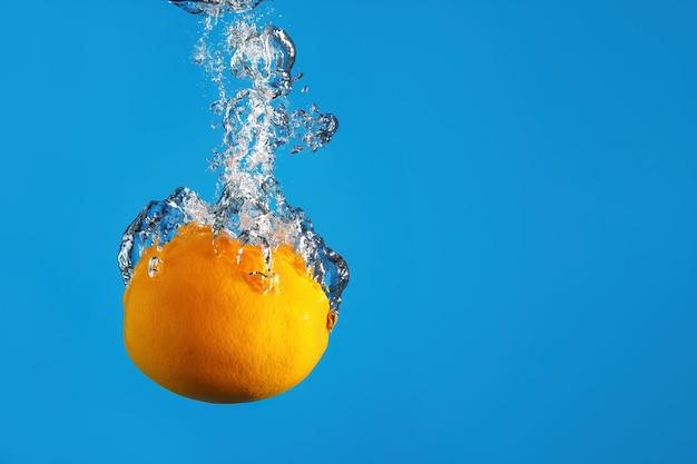 신선한 레몬이 물보라와 함께 물에 빠진다
