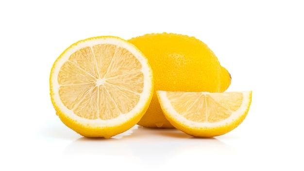 Свежий лимон, изолированные на белом пространстве с обтравочным контуром.
