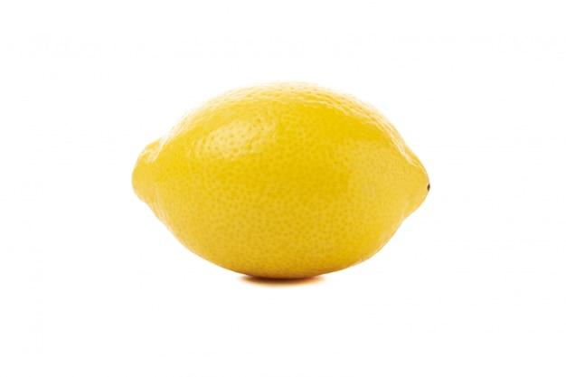 白い表面上に分離されて新鮮なレモン。熟した果物