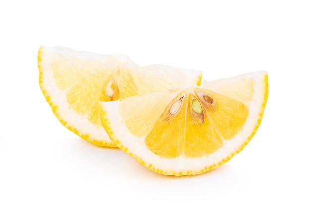 Свежий лимон, изолированные на белом фоне