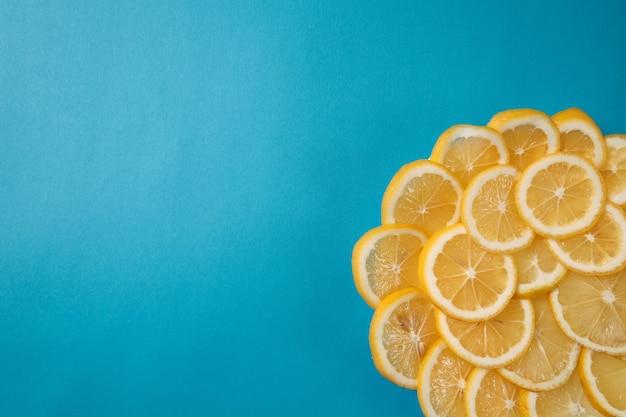 Свежий лимон лежит на синем текстурированном фоне