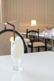 카페와 레스토랑에서 신선한 레몬 라임 스무디 유리