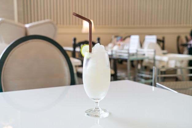 Свежий лимонно-лаймовый коктейль в кафе и ресторане