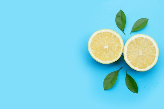 青い背景に新鮮なレモン。