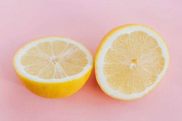 분홍색 배경에 신선한 레몬