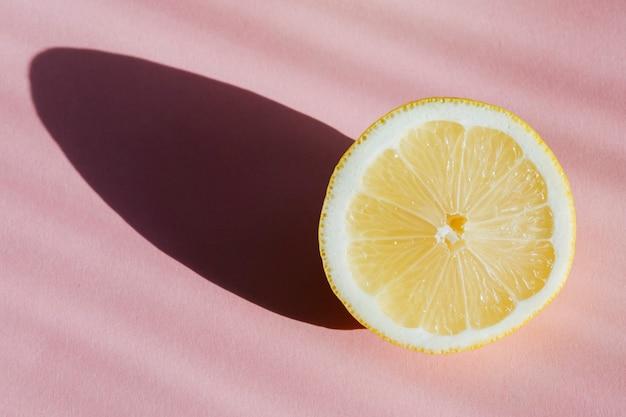 Свежий лимон на розовом фоне