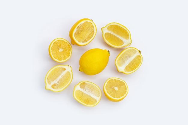 Свежий лимон на белом фоне. вид сверху Premium Фотографии