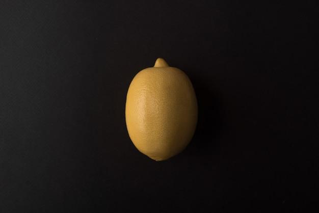 검정 위에 신선한 레몬