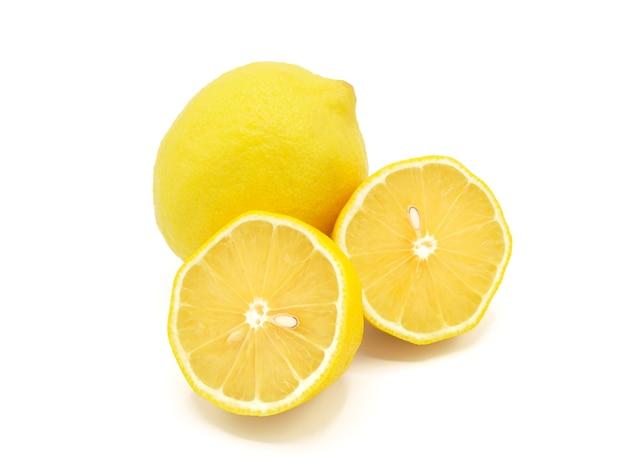 新鮮なレモンのスライスは、白い背景に