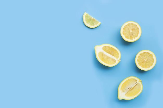Свежие дольки лимона на синем фоне.