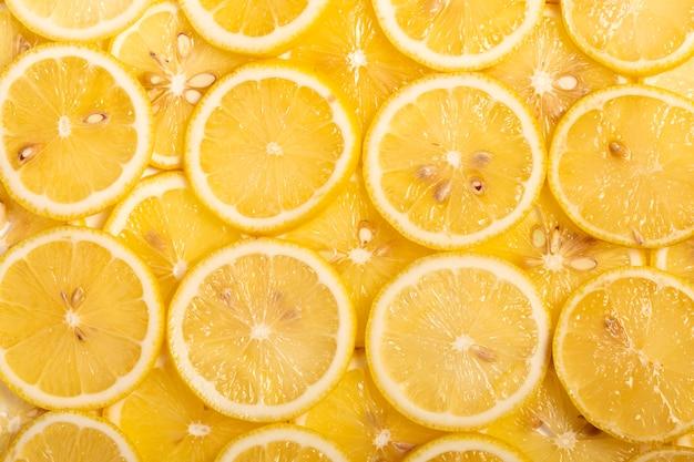 노란색 바탕에 신선한 레몬 슬라이스