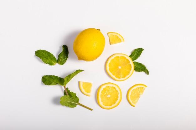 녹색 잎을 가진 신선한 레몬 조각