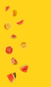 밝은 노란색 배경에 신선한 레몬, 수박, 자몽. 열 대 여름 추상 미술입니다. 최소한의 플랫 레이