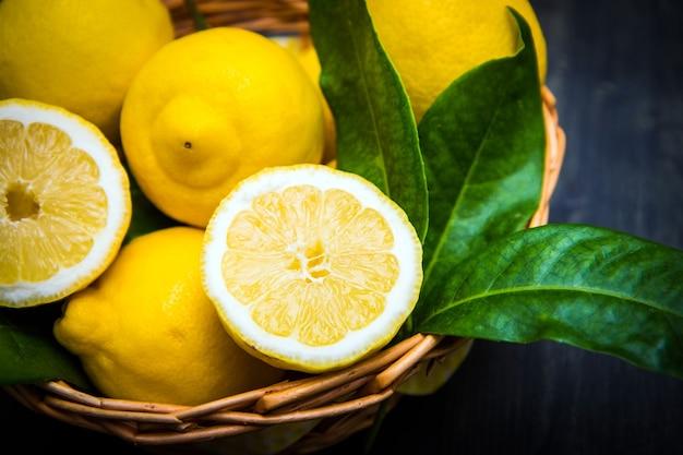 나무 바구니에 녹색 잎과 신선한 레몬